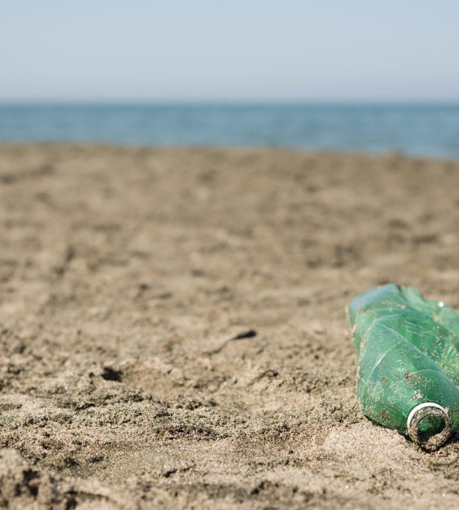 pollution bouteille plastique planete plage sable